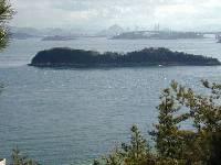 鷲羽山付近からの眺め。そう言えば、竹喬さんがこの島を「雨の海」として描いていましたね。実際に描いた視点はこの写真撮影場所よりもっと海に近く、おそらく海沿いに立つホテルあたりからのように思います。