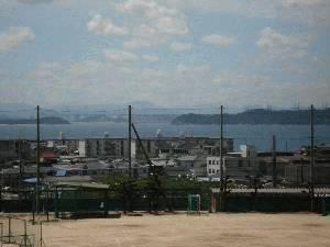運動場越しに瀬戸内海、瀬戸大橋、四国を見る。