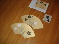 御舟の桔梗を参考にした制作見本と実習の参考作。金潜小色紙(きんせんこしきし) に描く。※金潜紙は、金箔を押した紙に薄紙を漉き重ねて作った紙。
